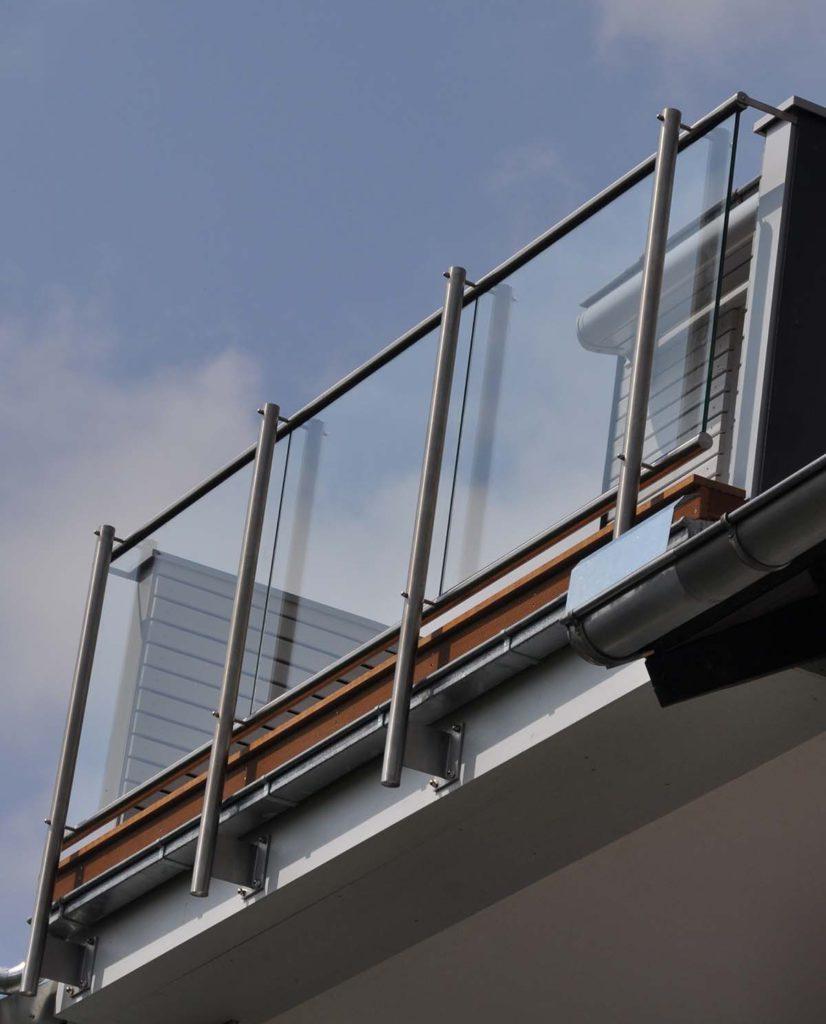 Balkon – mit Geländer aus Holz, Edelstahl oder mit Glas - Eine Wohlfühloase an der frischen Luft zum Sonne tanken, Frühstücken, Entspannen oder Hobbygärtnern.