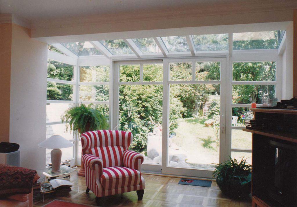 Wintergarten aus Holz und Glas im modernen Design - Ihr Gebäude soll mit einem schicken und funktionellen Wintergarten aufgewertet werden? Sie möchten Helligkeit und Sonne auch in der kälteren Jahreszeit genießen?