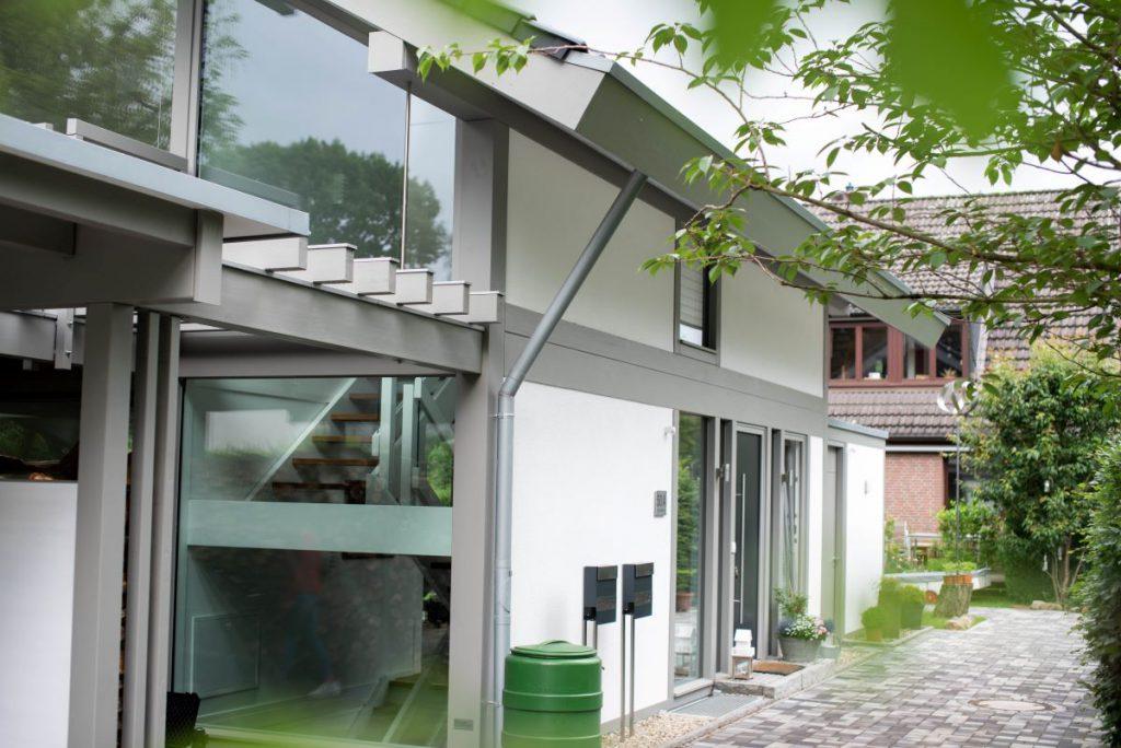Holzskelettbau: Die richtige Lösung für Ihr modernes Fachwerkhaus - Das Detmolder Fachwerkhaus zeichnet sich dank der freitragenden Holzkonstruktion durch eine offene Architektur aus, woraus sich viele Möglichkeiten für eine großzügige und gleichzeitig sehr individuelle Raumgestaltung ergeben. In jedem Detmolder Fachwerkhaus vereint sich ein zeitloses Design mit technischen Raffinessen modernster Art.
