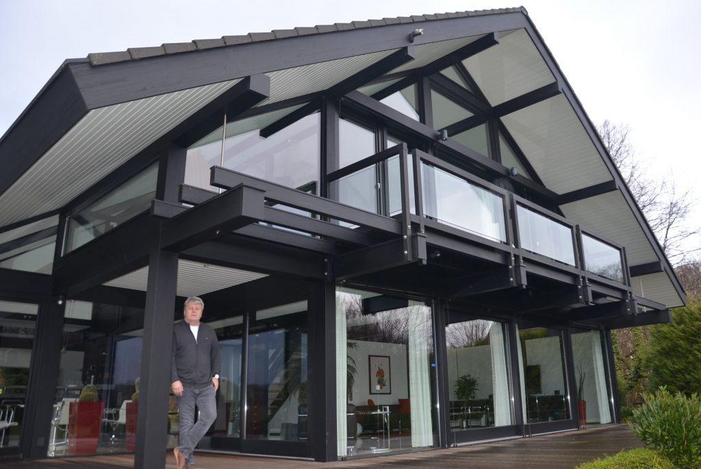 Die Zukunft wird auf Holz gebaut - Wirtschaft in Lippe: Schulze aus Lage wandelt sich von der klassischen Zimmerei zum Komplettanbieter für moderne Holzhäuser. Die Kunden kommen aus vielen Teilen der Republik und schauen sich in Heiligenkirchen ein Musterobjekt an.